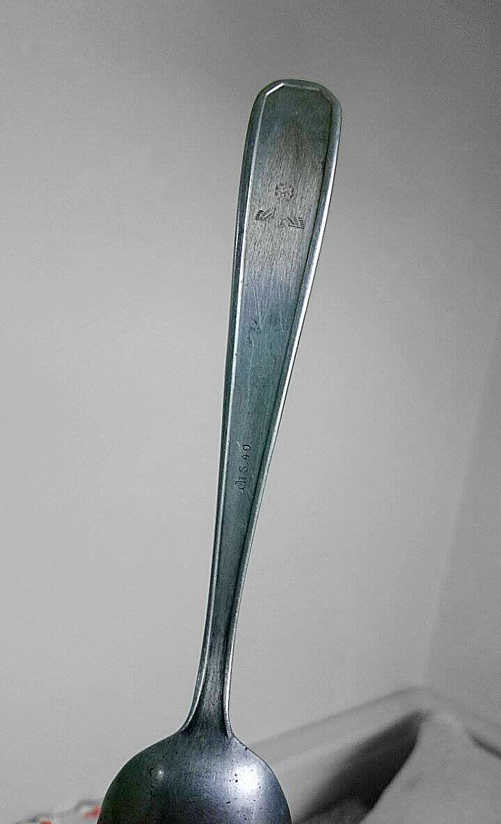 En ske, som min mormor tog med fra Berlin. På skeen kan en svastika og  wehrmacht adler ses.