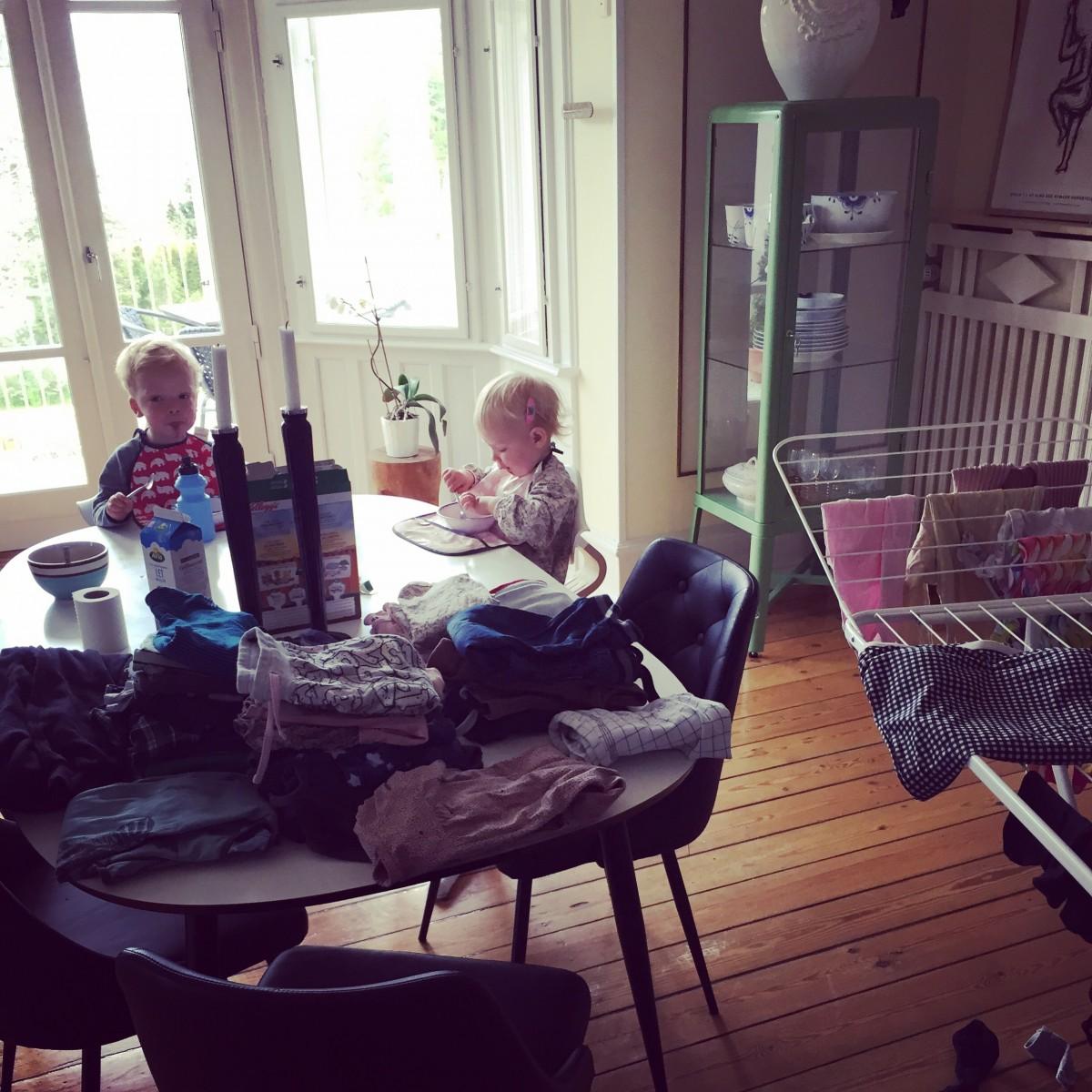 Lidt om at være træt mor, vasketøj & pseudo tvillinger