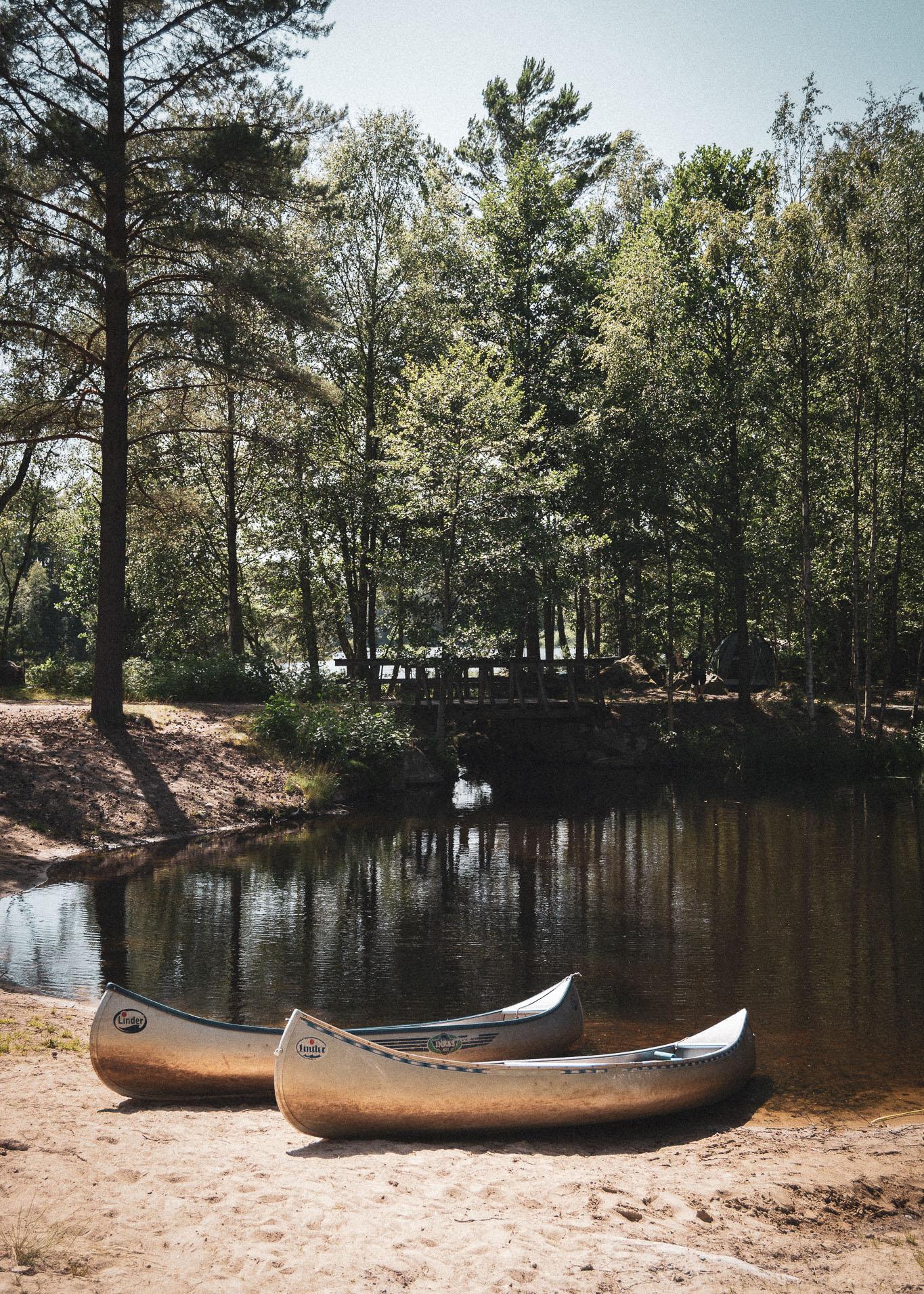 canoes by lake, kanoer ved sø
