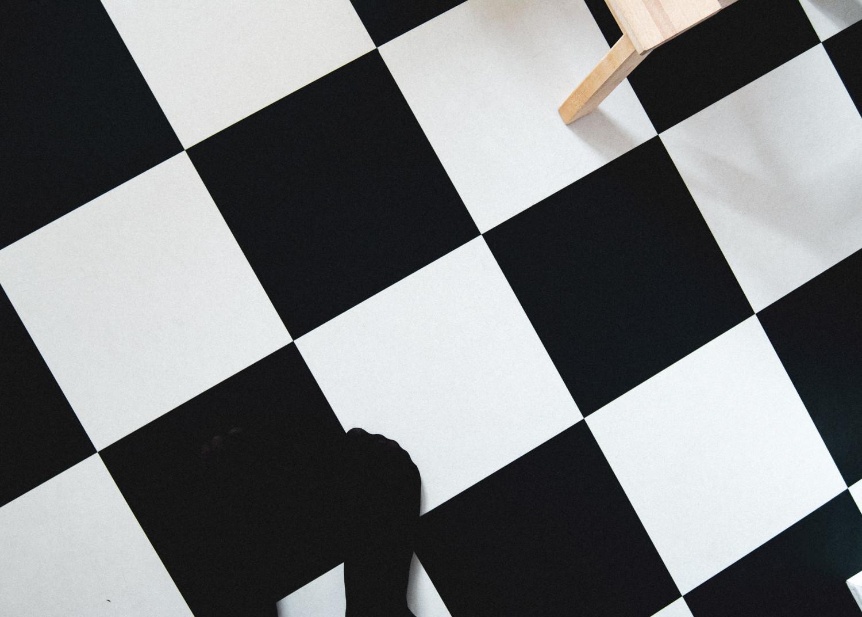 floor, checked floor, kitchenfloor, kitchen chair, feet, stockings, black and white checked, gulv, ternet gulv, køkkengulv, fødder, strømpebukser, strømpefødder, sort og hvid ternet