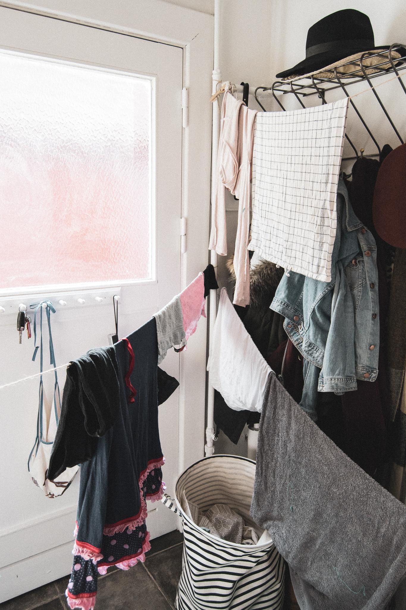 drying clothes, tørretøj, tøjsnor, bryggers