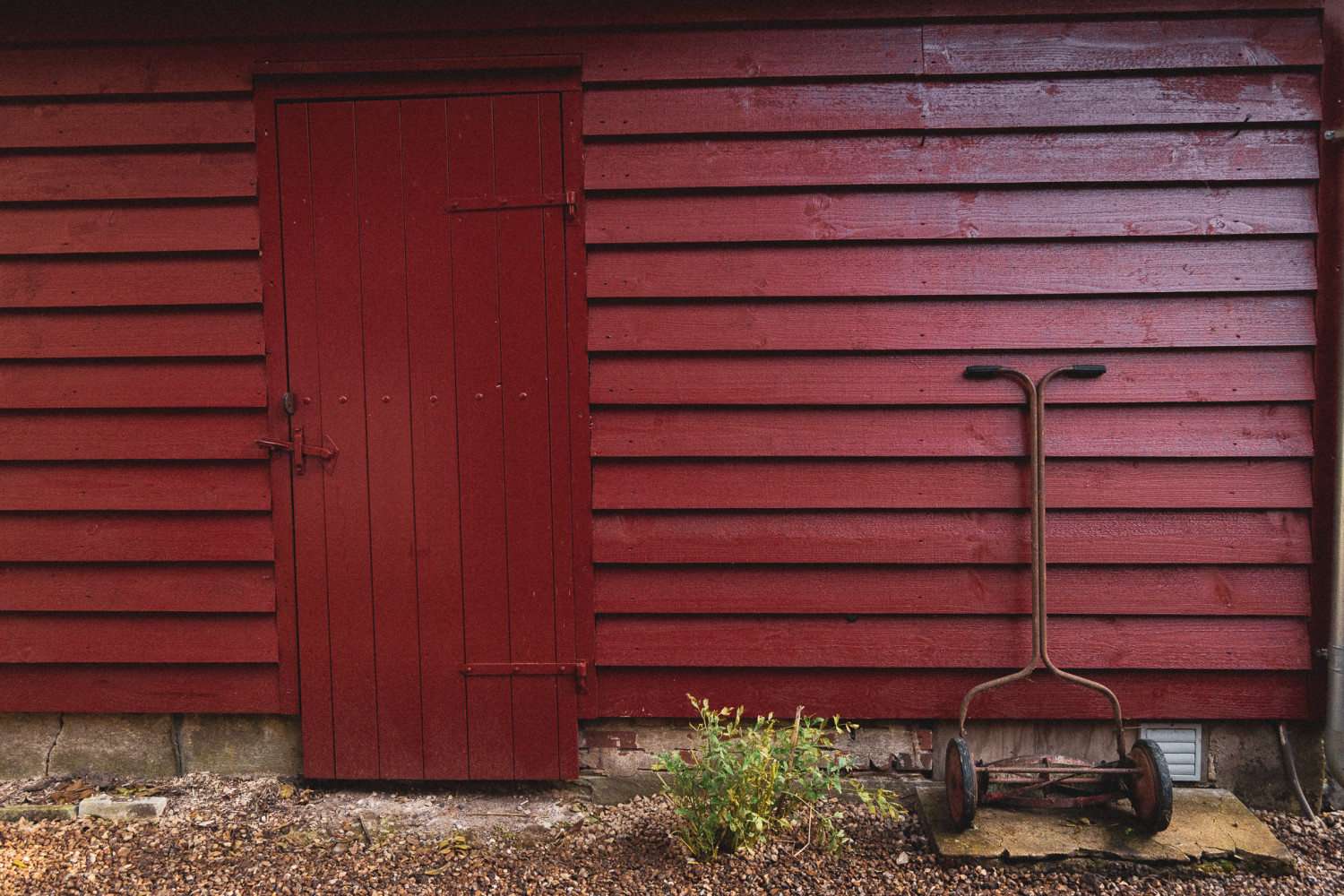 haveskur, håndskubber, garden shed, hand push grass cutter, stories by holst