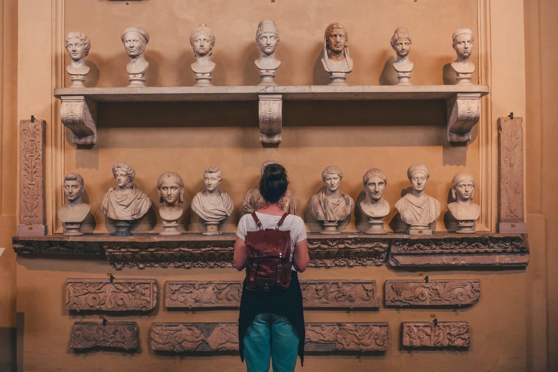 Billede af en pige på et museum.