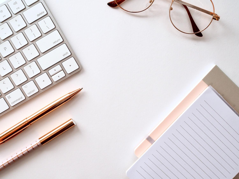 billede af et skrivebord med ting på