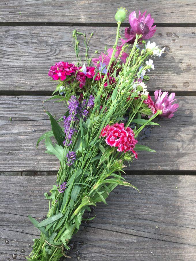 en-rustik-buket-blomster-fra-landhaven