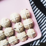 Hot cross buns klar til ovnen
