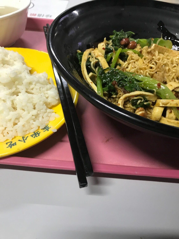 Wok med diverse selvvalgte ingedientser og en tallerken ris. Ca. 14 kr. afhængig af mængde.