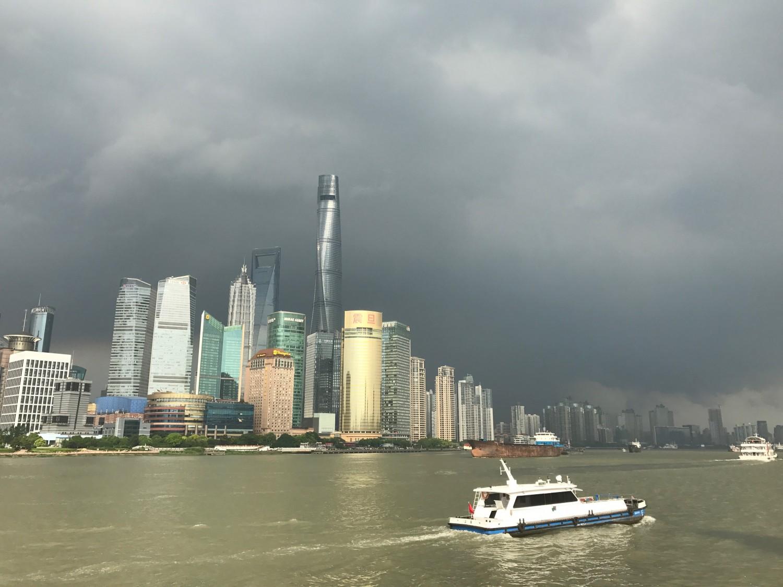 """Shanghais finansielle centrum i tordenvejr. Billede taget fra den berømte strækning """"The Bund""""."""