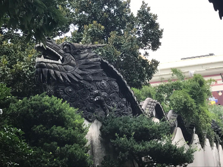 Meget typisk kinesisk med en flyvende drage henover væggen