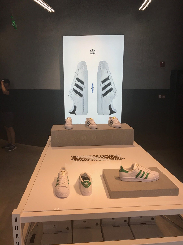 At gå ind i en Adidas butik er som at træde ind i et museum
