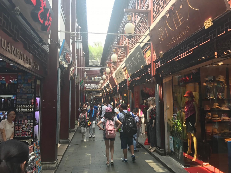 De smalle gader omkring Yuyuan Garden er meget interessante i modsætning til souvenir butikkerne