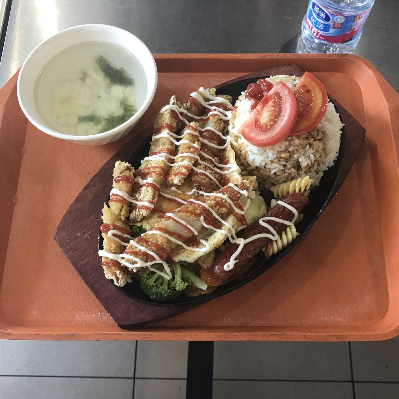 Et måltid fra den dyre kantine på Donghua University. Alt dette for svimlende 15 kr.