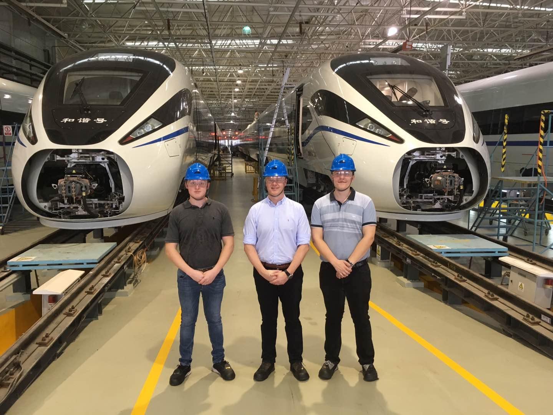Jakob, Peter og Morten ved togfabrikken