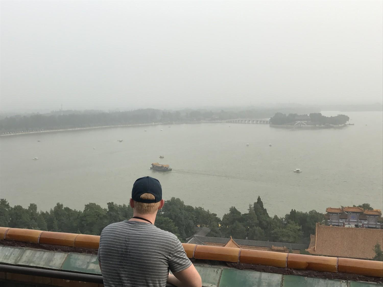 Jakob spejder ud over søen