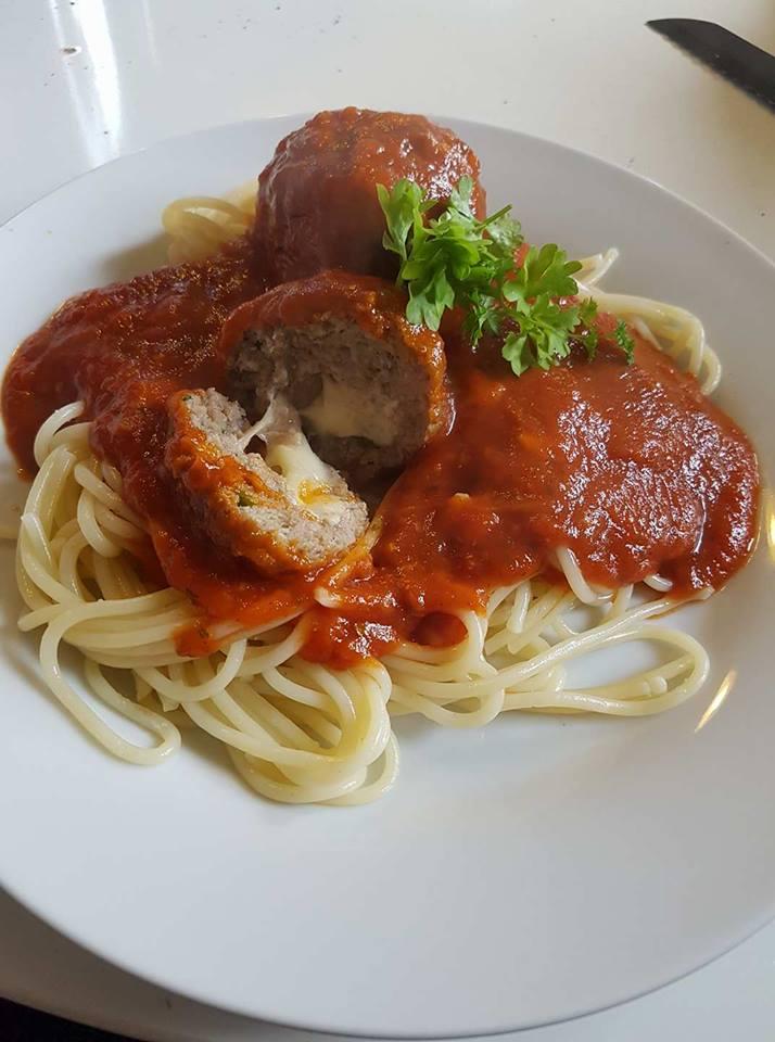 koedboller-fyldt-med-mozzarella-med-pasta