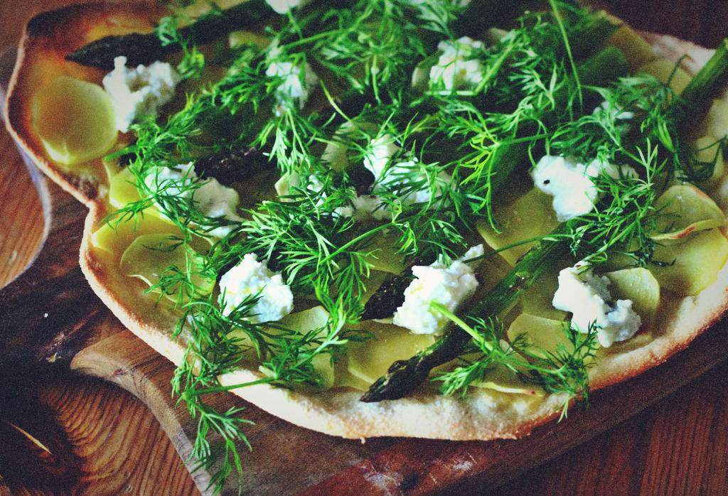 Sprød pizzabund med nye kartofler, asparges, rygeost og dild