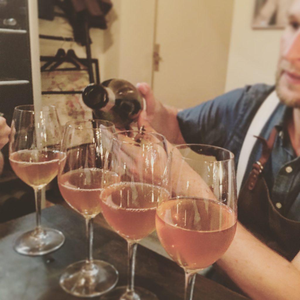 Thomas (Lalou) skænker orangevin