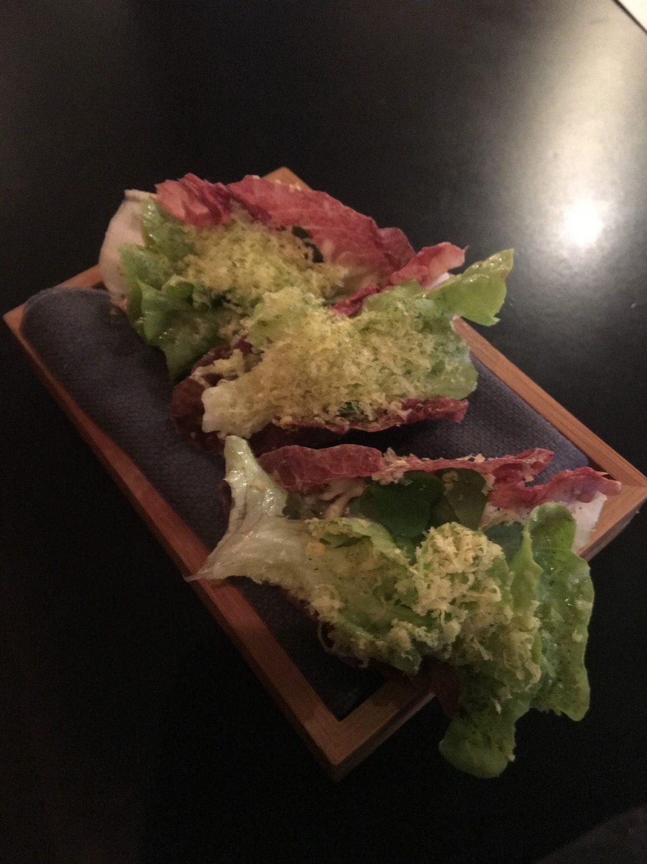 Først snack. En art dekonstrueret Caesar salat.