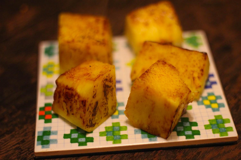 Grillet ananas. Når ananas grilles, karamelliserer overfladens sukker – det smager virkelig lækkert!