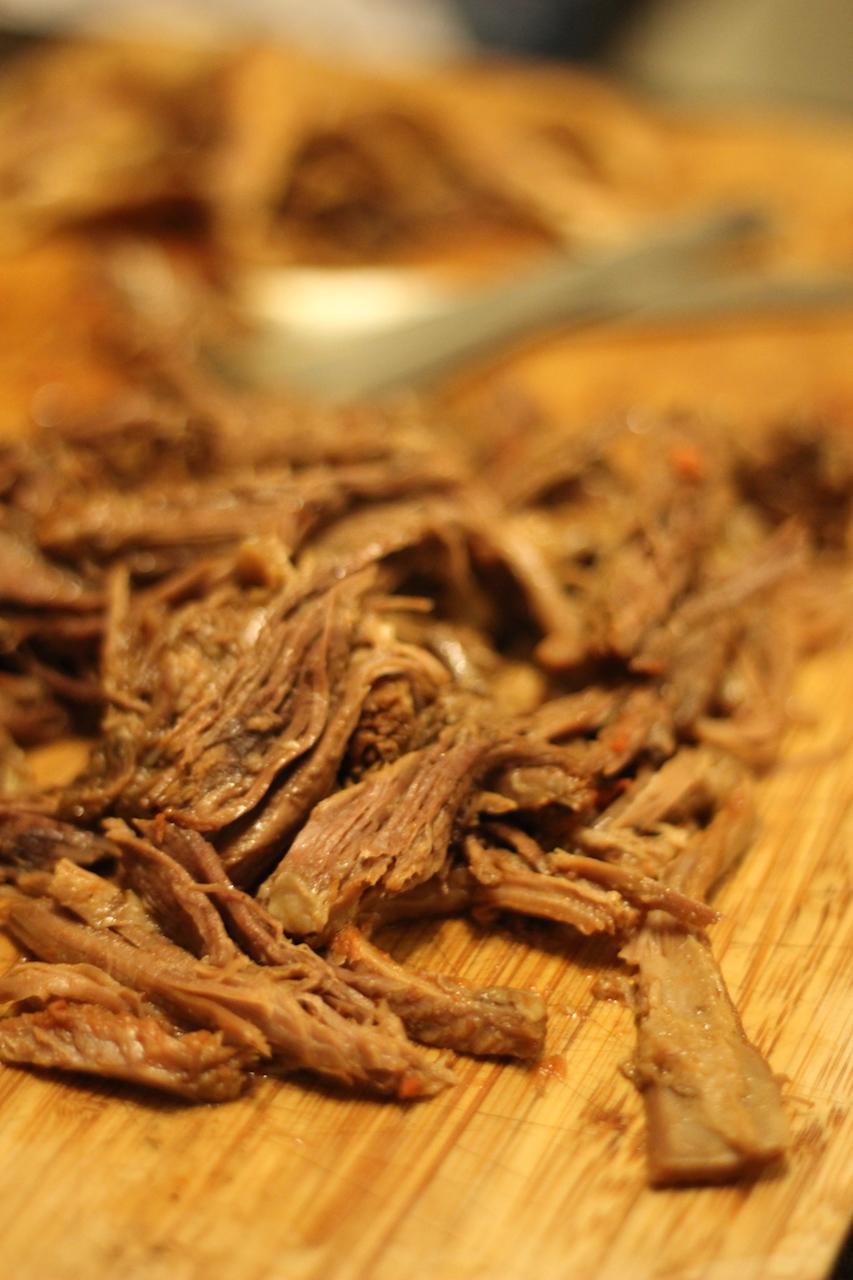 Det møre kød efter braiseringen. Jeg trævler mit kød – stik mod traditionen for Carne Guisada – da det så er nemmere at håndtere i en taco.