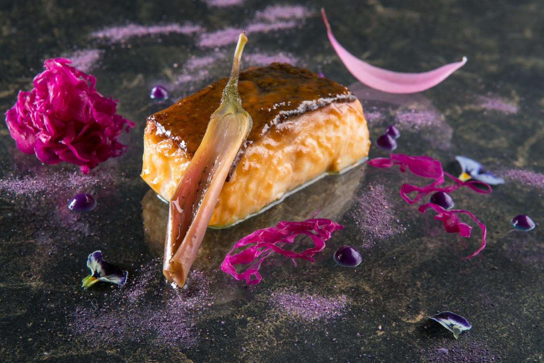 Sort torsk og lilla grøntsager.
