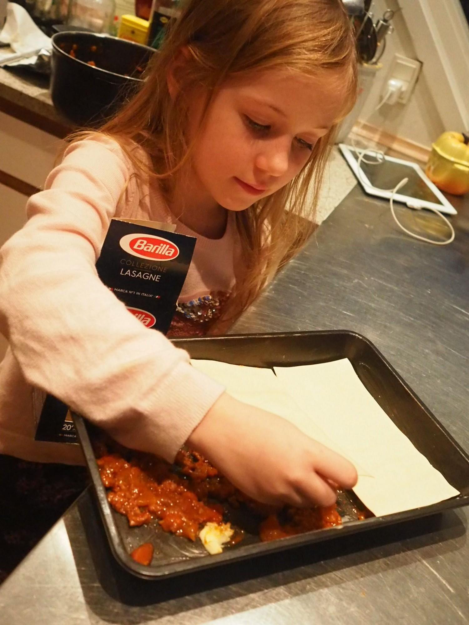 Min store pige Eleonora hjælper til.