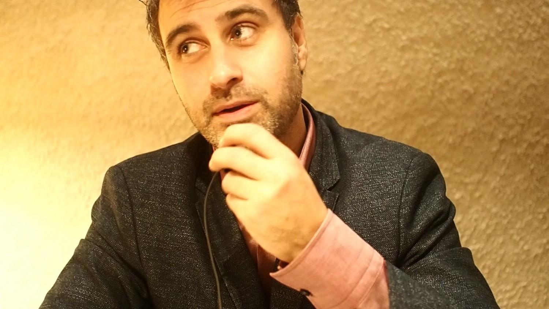 Et typisk syn af mig, når jeg er på restaurant i Rom. Jeg tester den lille mikrofon, man klistrer på jakken - en såkaldt microport.