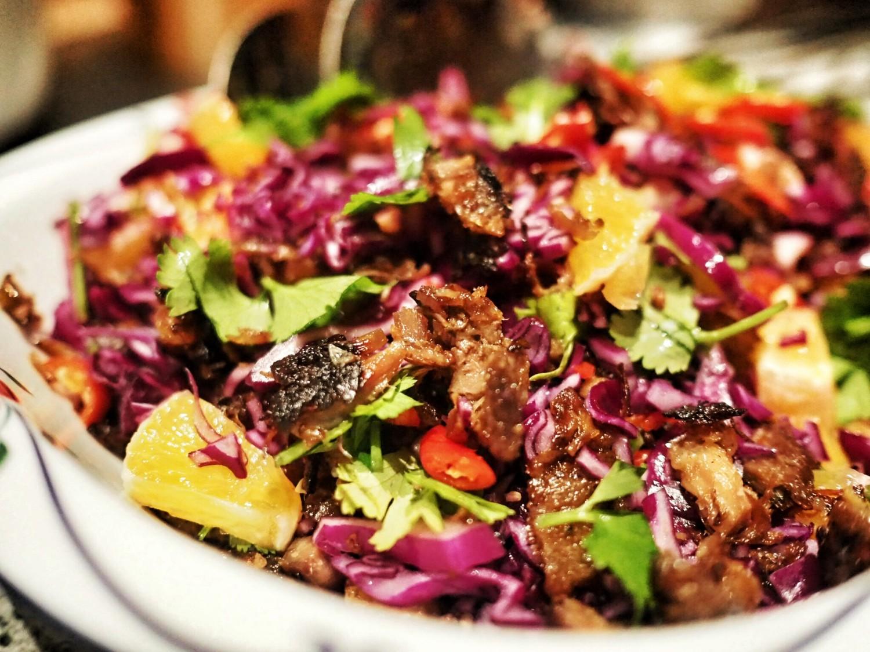 Sammen med kål og friske krydderurter forvandles anden til en helt anden råvare.
