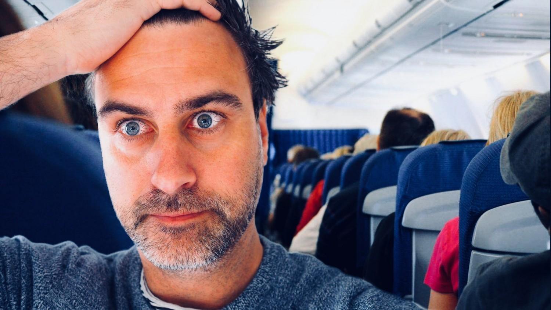 Nogle gange må man bare tage sig til hovedet over andres manglende pli i flyet.