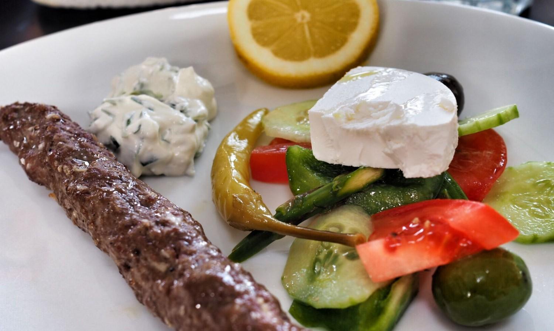 Hakket oksekød på spid med græskinspireret salat og tzatziki.