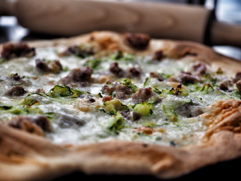 Pizza med salsiccia, zucchini og bøffelmozzarella.