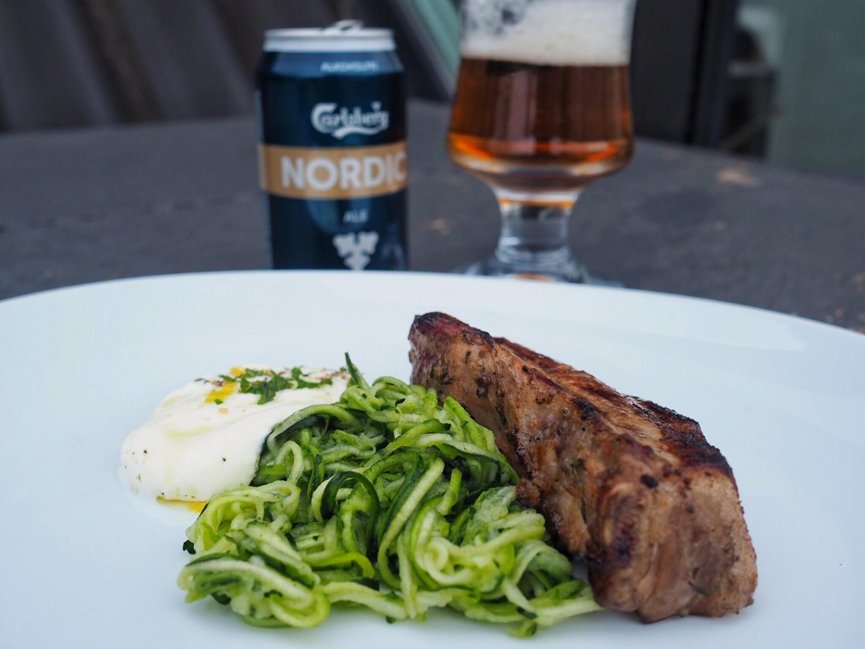 Disse ølmarinerede ribs smager helt vidunderligt sammen med lynsyltet courgettespaghetti og myntedip. FoodRoar Carlsberg Nordic