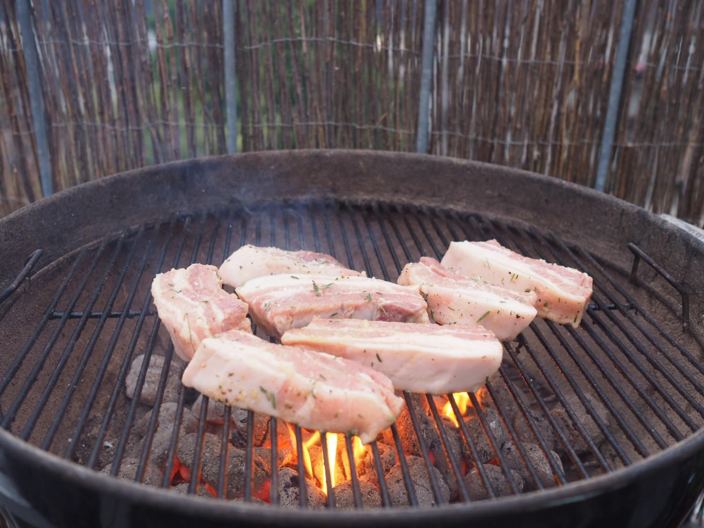 Ølmarinerede spareribs på grill.
