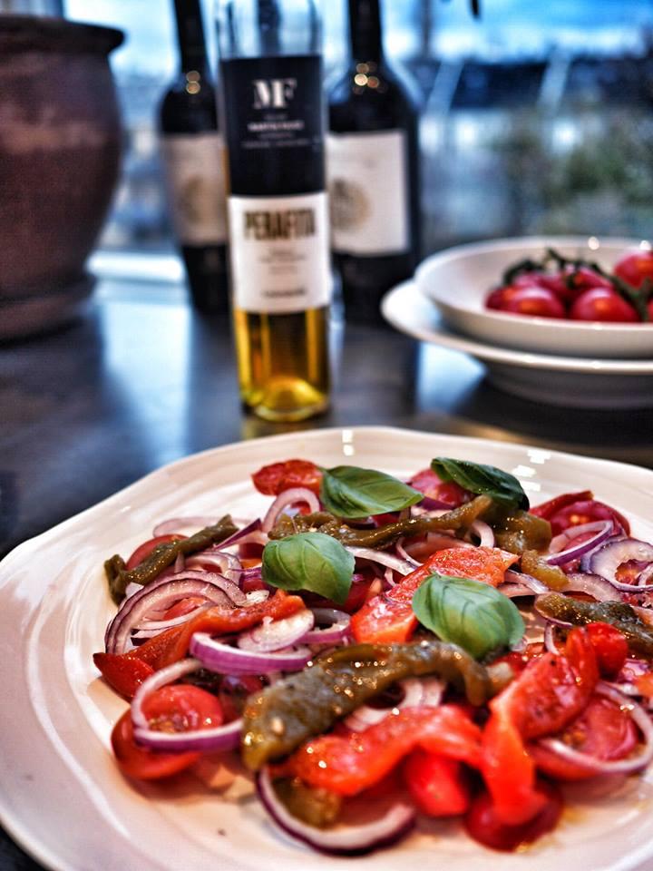 Tomatsalat med grillede peberfrugter