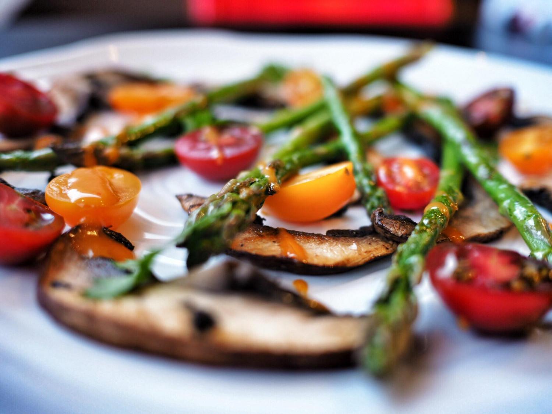 Salat med asparges og portobellesvampe