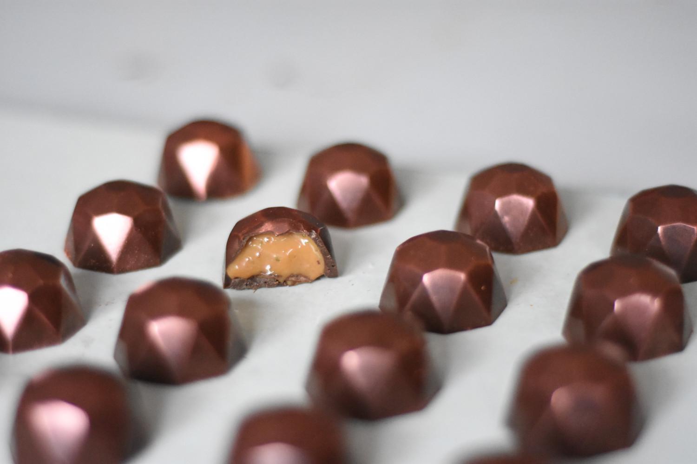 fyldte-chokolader-med-limekaramel-taget-en-bid