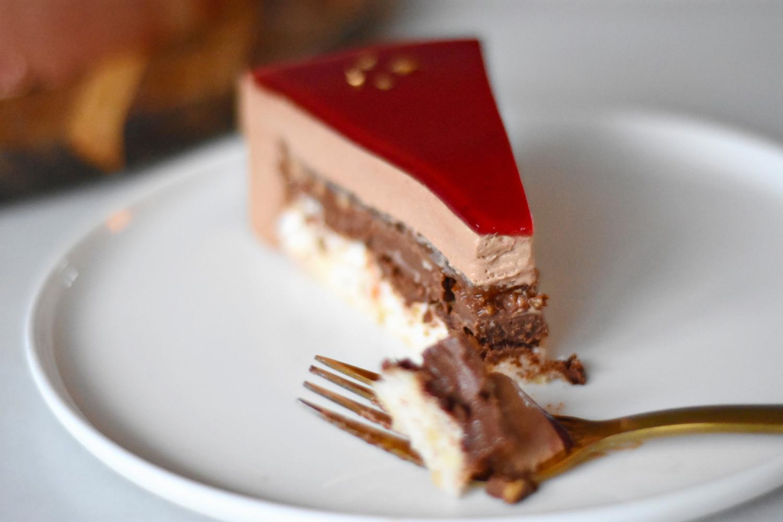 kage med chokolademousse og lime på gaffel