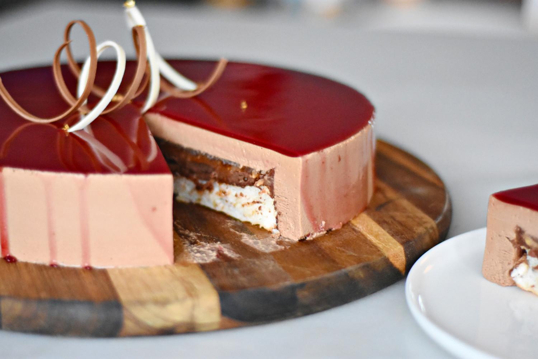 kage med chokolademousse og lime kage skåret ud
