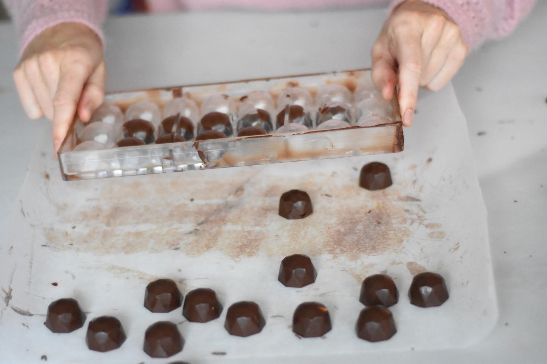 mork-chokolade-temperering-bank-fyldte-chokolader-ud