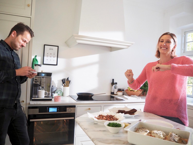 torsk med bacon sjov i køkkenet