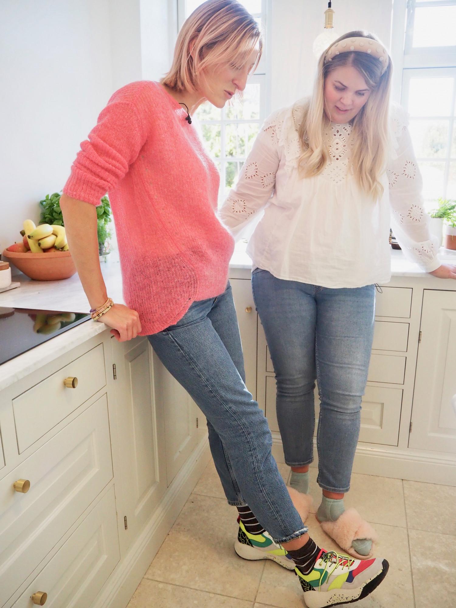 Annemette og acie i køkkenet