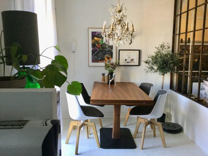 Spisebord set fra køkken