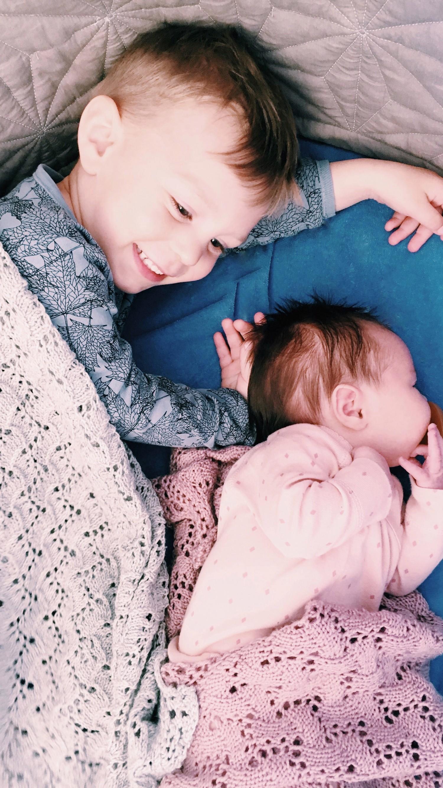 Yngste storebror på 2 år med lillesøster. Lige pludselig er han blevet meget stor.