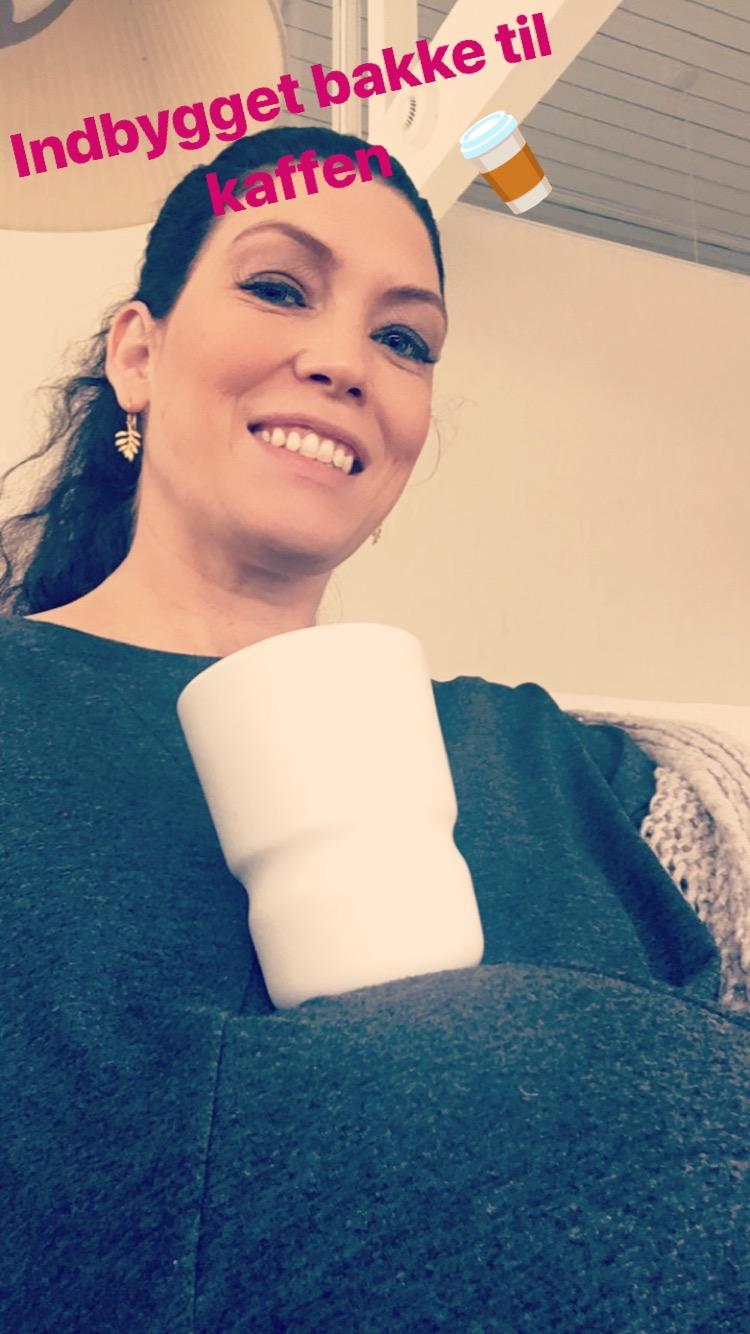 Et stk kaffetørstig gravid med indbygget bakke
