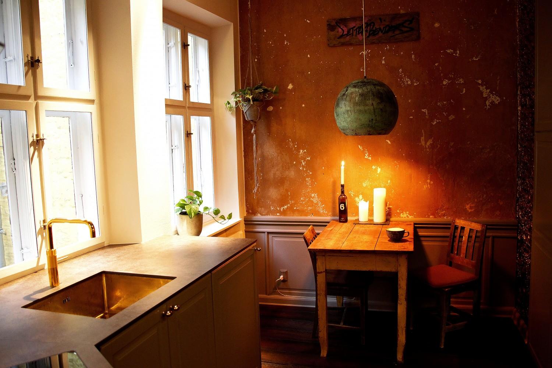 Et større udsnit af køkkenet. Vægpanelerne har jeg selv bygget, og lampen er fra Unique Room.