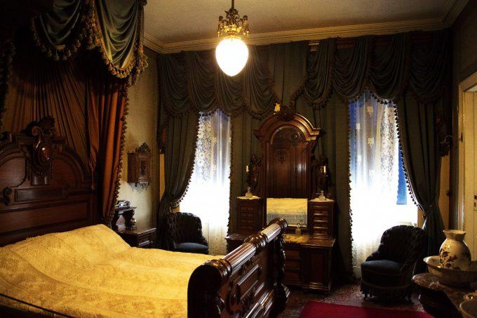 Det tog en møbelsnedker to år at bygge sengen til soveværelset.