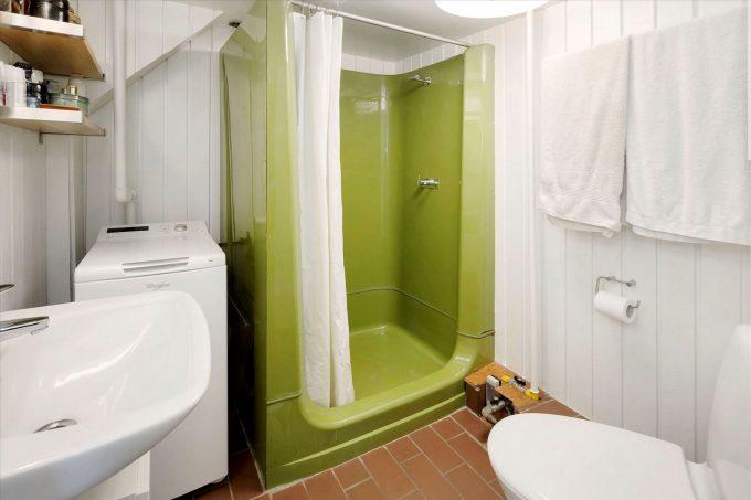 Før- og efterbilleder af badeværelset, der er heldigvis sket lidt.