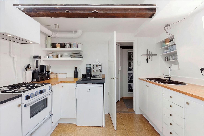 Køkkenet før og efter.
