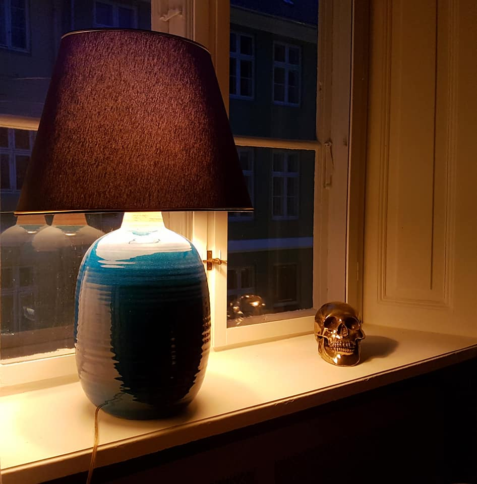 Her lampen med den orange pære, billedet er ikke redigeret, og den giver et klart varmere skær end før.