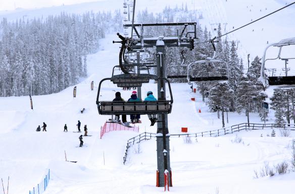 Stöten stolelift på vej op i skiterrænet